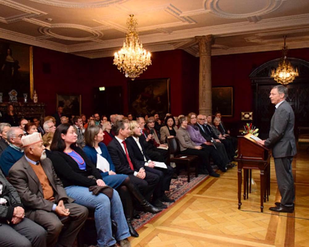 Bürgermeister Carsten Sieling begrüßt die Gäste der Feierstunde im Rathaus zum 50-jährigen Bestehen der Bremer Bahá'í-Gemeinde. Foto: Anja Raschdorf